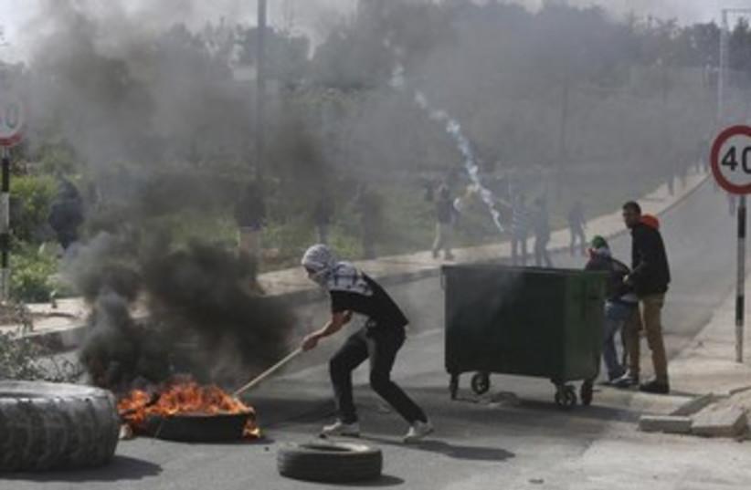 Palestinian protestors (photo credit: Reuters)