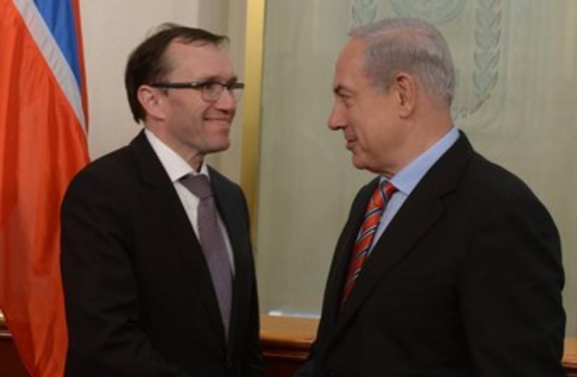 Netanyahu with Norwegian FM Espen Eide in J'lem 370 (photo credit: Amos Ben Gershom GPO)