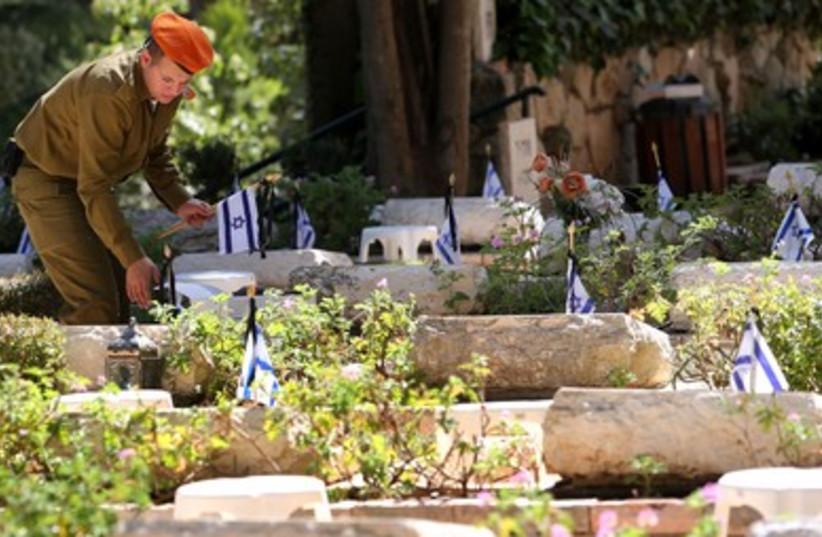 Yom HaZikaron Mount Herzl 3 390 (photo credit: Marc Israel Sellem/The Jerusalem Post)