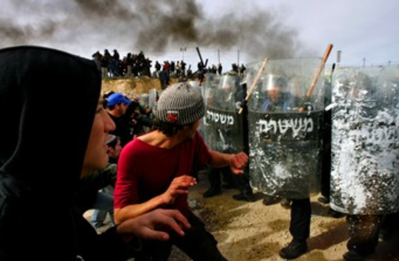 Amona 2006 clashes 370 (photo credit: REUTERS/Ronen Zvulun)