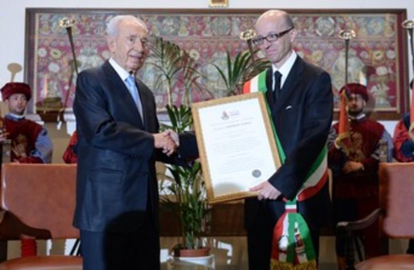 Peres receives peace award 370 (photo credit: Courtesy Spokesman of the President's Residence)