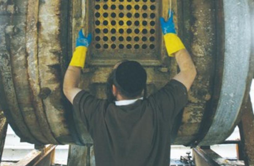 Haredi man working 370 (photo credit: REUTERS)