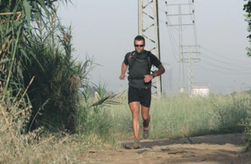 RICHARD BOWLES running 370 (photo credit: Dov Greenblatt/SPNI)