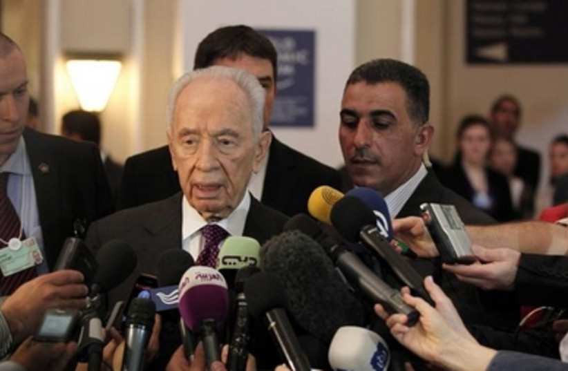 President Shimon Peres addresses reporters at the World Economic Forum in Jordan, May 26, 2013.