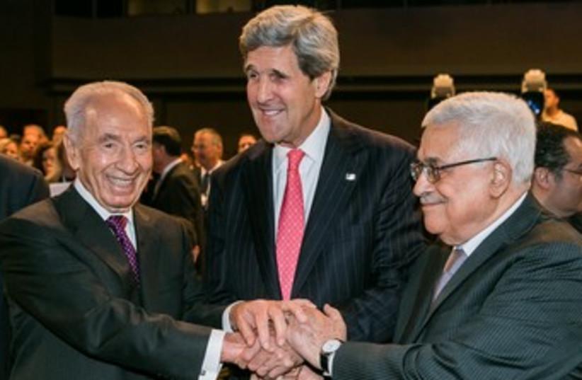 Peres Abbas and Kerry at WEC 370 (photo credit: World Economic Forum / Benedikt von Loebell)