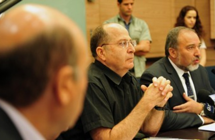 Yaalon and Liberman 370 (photo credit: Ariel Hermony/Defense Ministry)