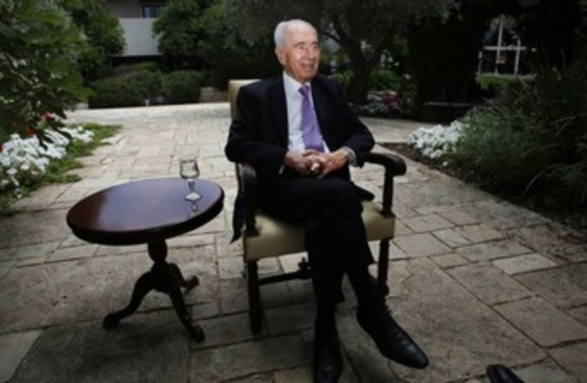 Shimon Peres at his residence, 370 (photo credit: REUTERS/Baz Ratner)