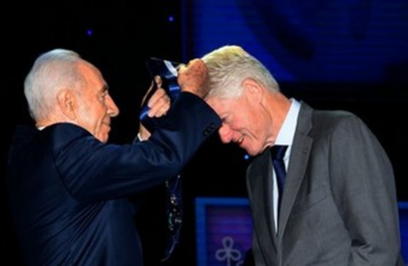 """President Peres' honors Clinton USE THIS ONE 370 (photo credit: משה מילנר/לע""""מ)"""
