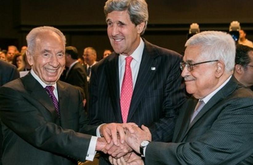 Peres Abbas and Kerry at WEC 521 (photo credit: World Economic Forum / Benedikt von Loebell)