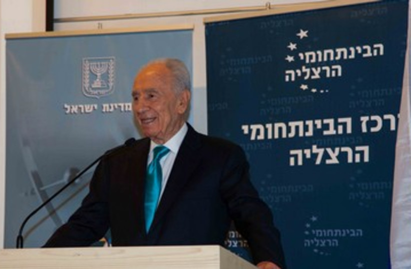 Peres speaking at conference 370 (photo credit: Sarit Font )