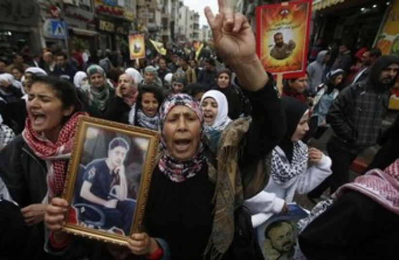 Palestinians protest for release of prisoners 370 (photo credit: REUTERS)