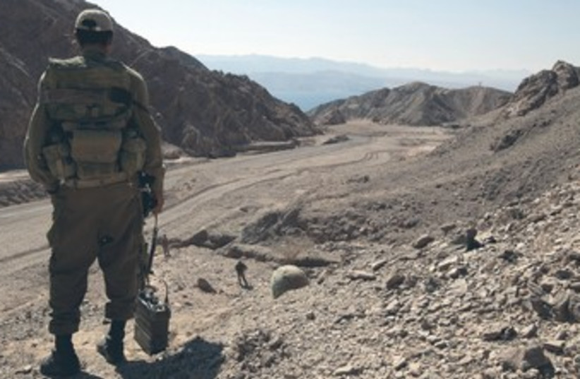 IDF soldier surveys sinai desert 370 (photo credit: REUTERS)