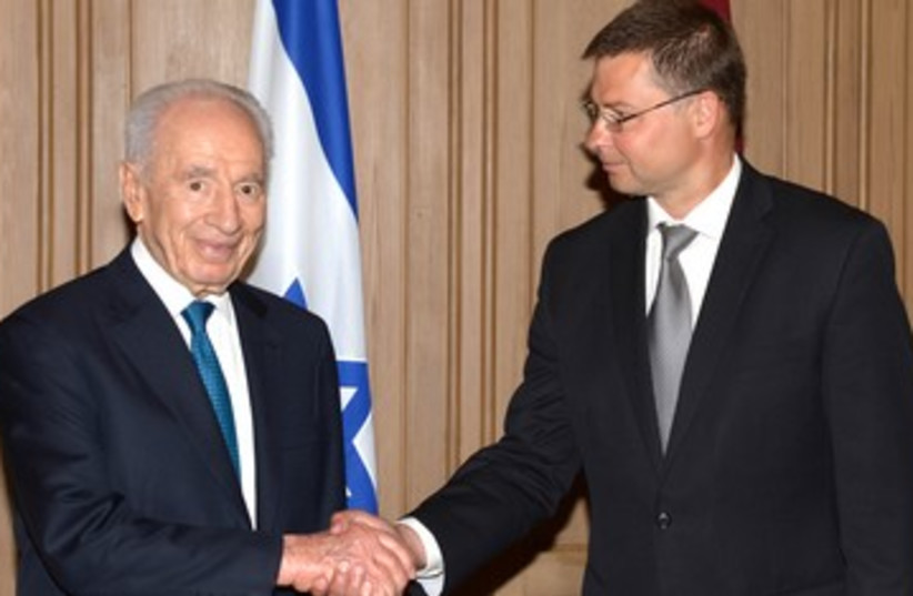 Israel President Peres and Latvia Prime Minister Dombrovskis