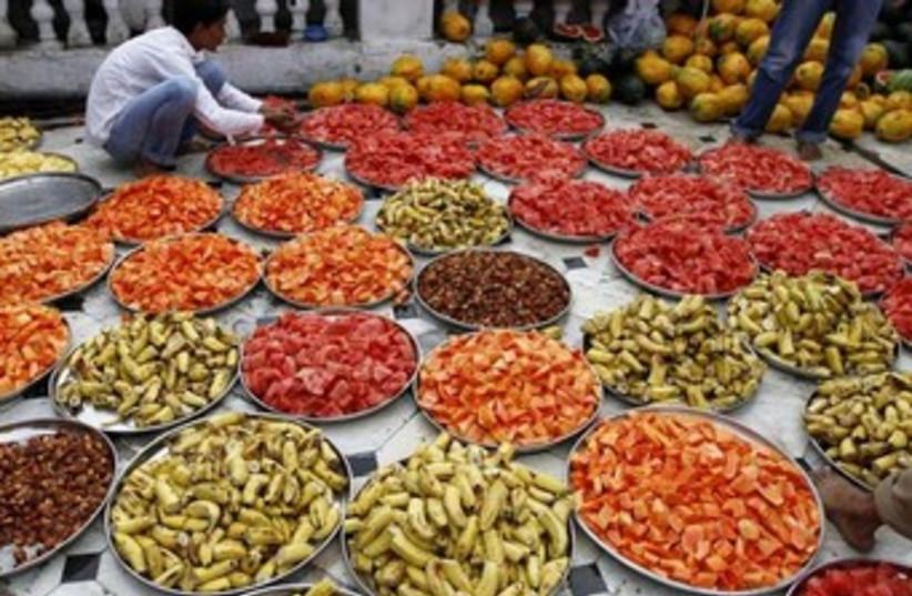 Iftar dinner Ramadan 370 (photo credit: REUTERS)