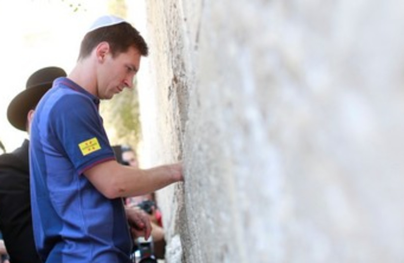 Barcelona striker Lio Messi at the Western Wall 370 (photo credit: Tourism Ministry / Gilad Zamir)