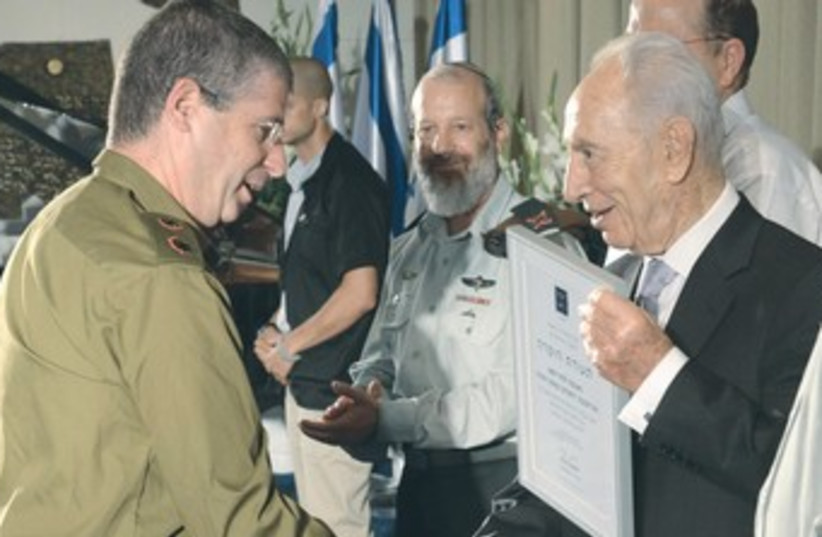 Peres honors outstanding reservists 370 (photo credit: Mark Neiman/GPO)