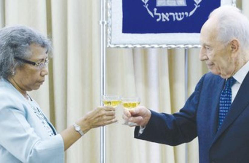 Peres with new Papua New Guinea ambassador 370 (photo credit: Mark Neiman/GPO)