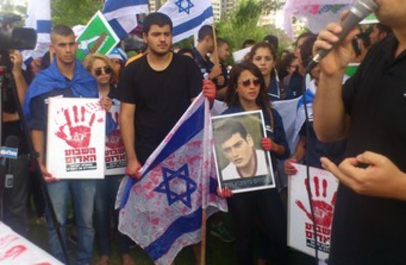 Protesting palestinian prisoner release 370 (photo credit: Ben Hartman)
