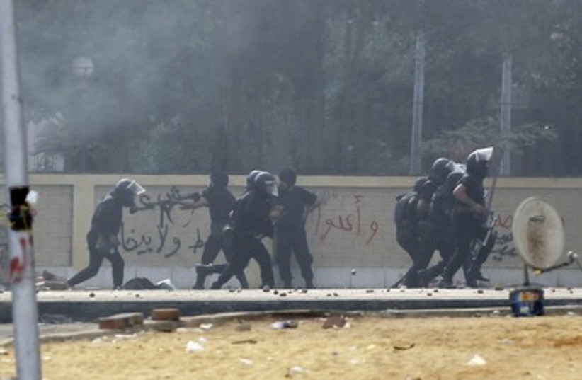 Security forces break up the protest camp at al-Nahda square in Cairo August 14, 2013