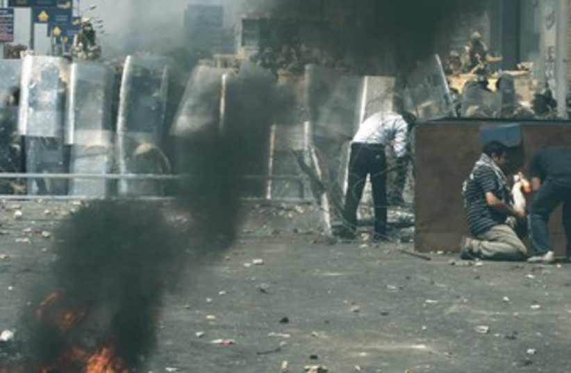 Islamists battle riot police in Cairo 370 (photo credit: REUTERS)