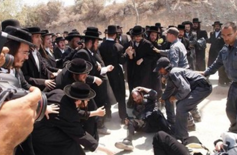 Haredi rioters clash with police in Beit Shemesh 370 (photo credit: Sam Sokol)