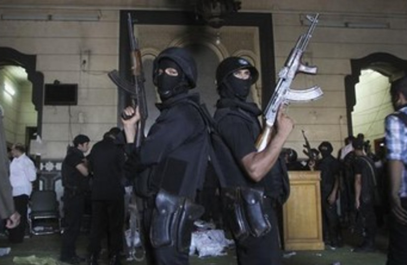 Egyptian policemen 370 (photo credit: REUTERS)
