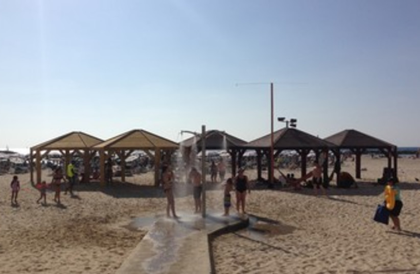 Tourists cool off at Tel Aviv beach (photo credit: Niv Elis)