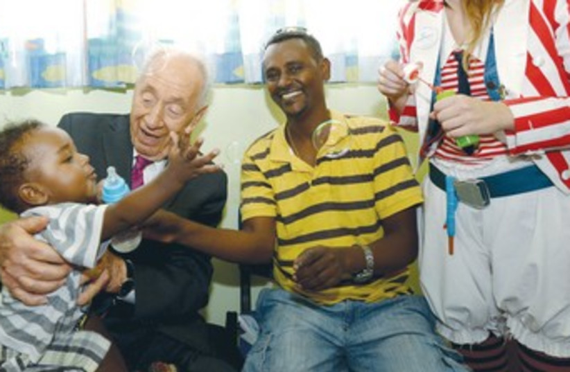peres helps out with polio (photo credit: Amos Ben-Gershom/GPO)