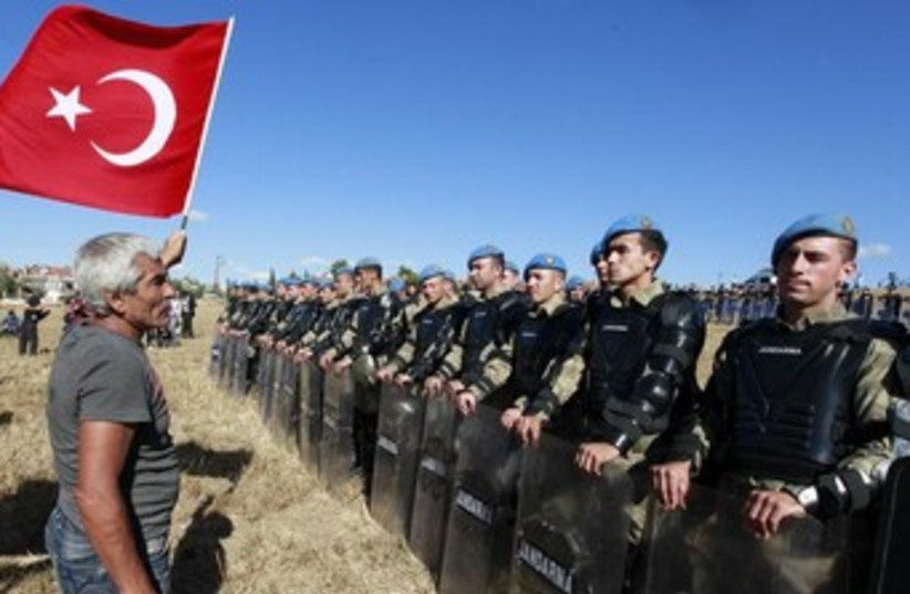 Turkish soldiers with flag 370 (photo credit: REUTERS)