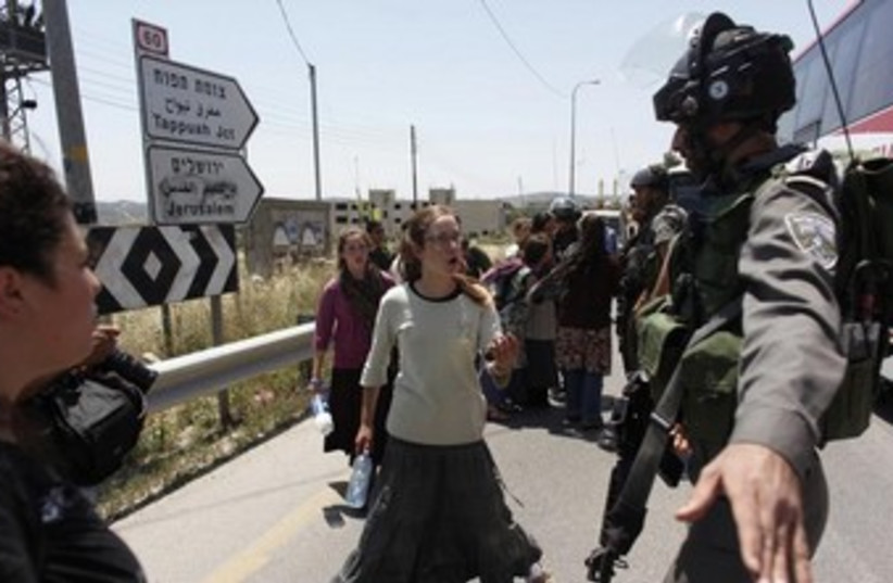 Border Police in Yitzhar 370 (photo credit: REUTERS)