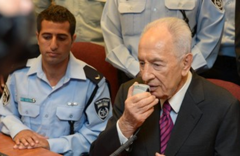 Shimon Peres in communication 370 (photo credit: GPO)