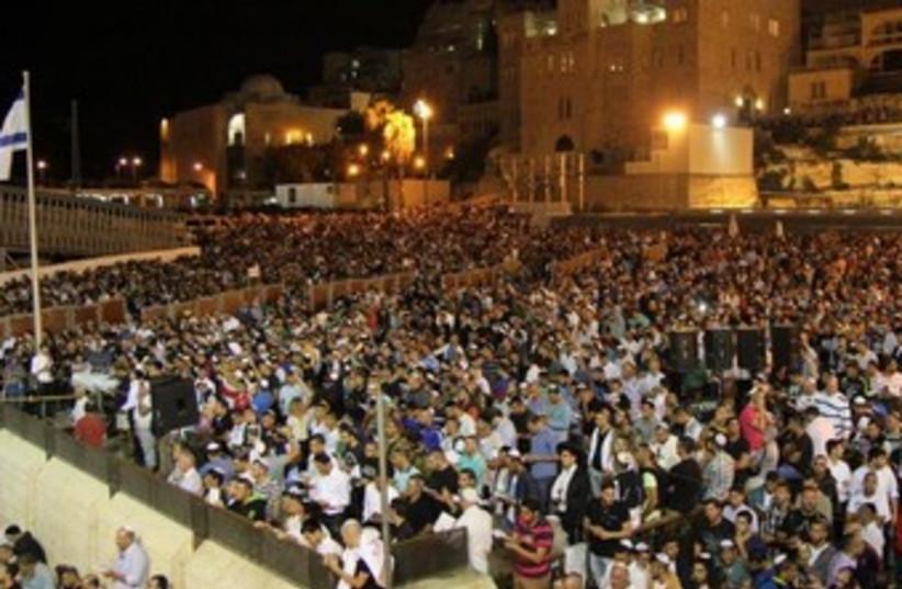 Jews prays at Western Wall370 (photo credit: Western Wall Heritage Foundation)