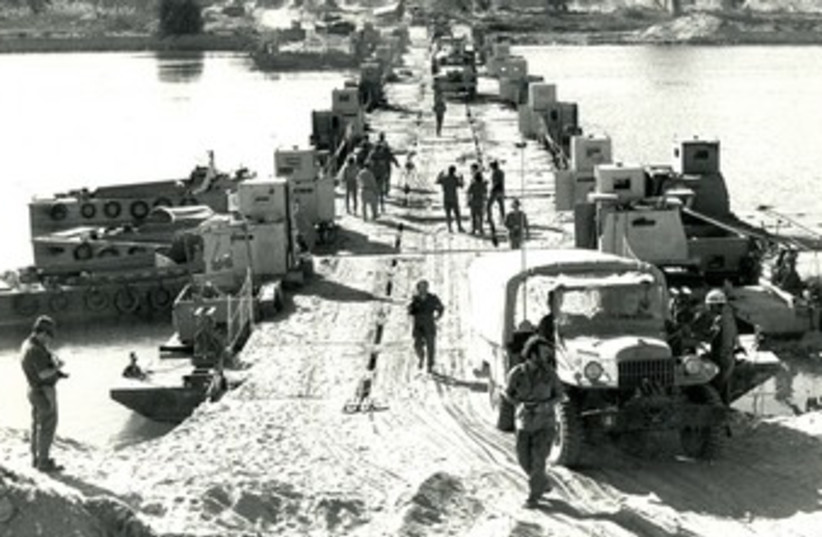 IDF TROOPS cross the Suez Canal, October 1973 370 (photo credit: Jerusalem Post archives)