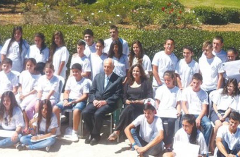 Peres with IDFWO children370 (photo credit: Courtesy of IDFWO)