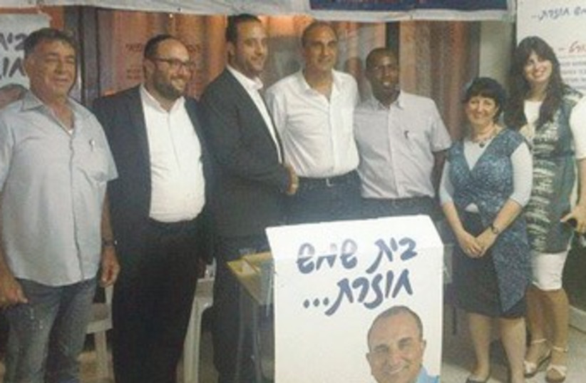 Tov's Aharon Salomon (3rd left) endorses Eli Cohen (C) 370 (photo credit: Courtesy Tov Party)