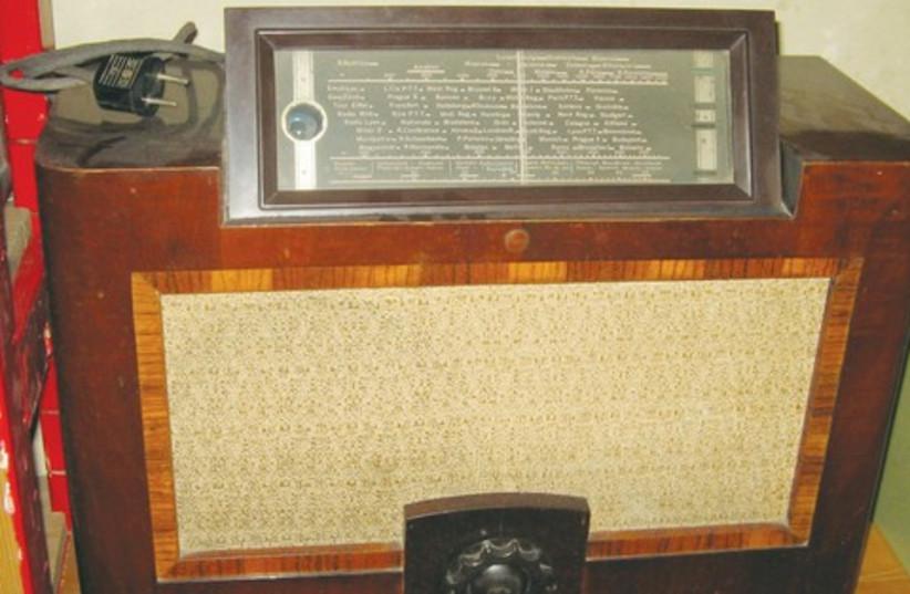 Old radio (photo credit: Wikimedia Commons)