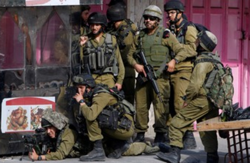 IDF troops Hebron 22.9.13 370 (photo credit: REUTERS)