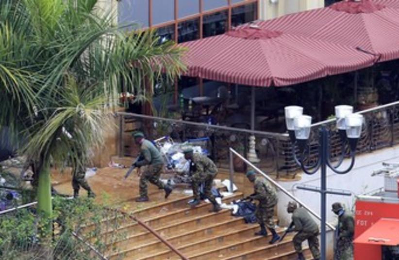 Kenyan forces take positions at Nairobi Mall 370 (photo credit: REUTERS)