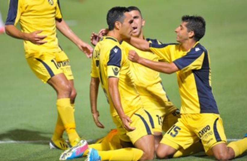 MACCABI TEL AVIV players celebrate 370 (photo credit: Asaf Kliger)