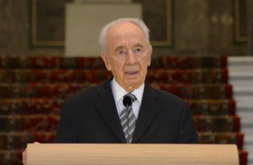 Peres in The Hague 370 (photo credit: Amos Ben-Gershom/GPO)