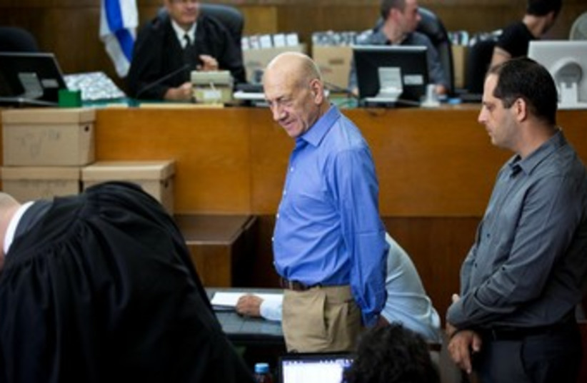 Olmert in court 370 (photo credit: Pool/Yediot)