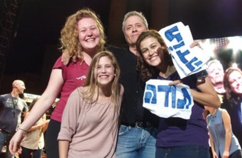 SINGER SHLOMO ARTZI and three grateful fans 370 (photo credit: Courtesy)