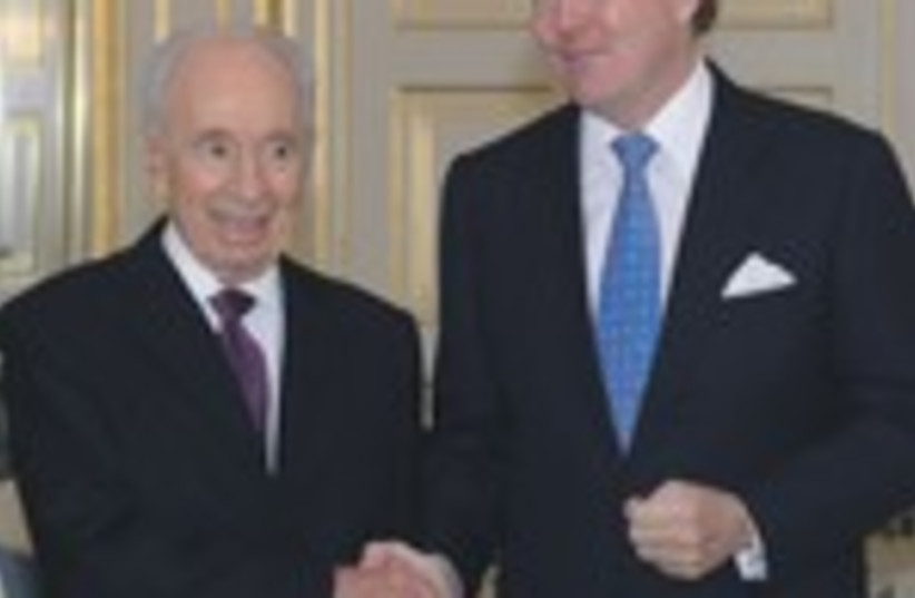 Peres shakes hands with Dutch King 370 (photo credit: mos Ben-Gershom/GPO)