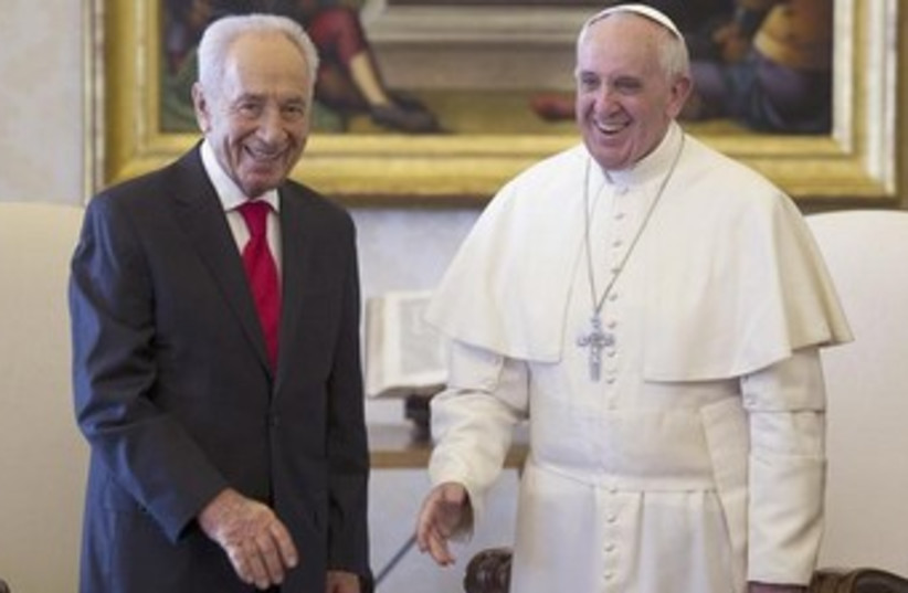 Shimon Peres with Pope Francis 370 (photo credit: REUTERS/Ettore Ferrari/Pool)
