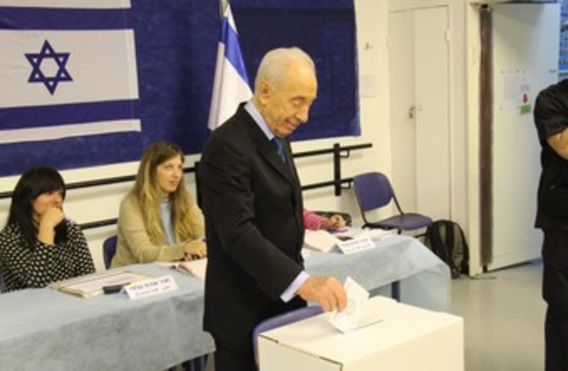 Peres votes in municipal elections 370 (photo credit: Yosef Avi Yair Engel/President's Residence)