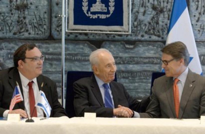 Education Min. Piron, President Peres, and Texas Gov. Perry  (photo credit: Mark Neiman/GPO)