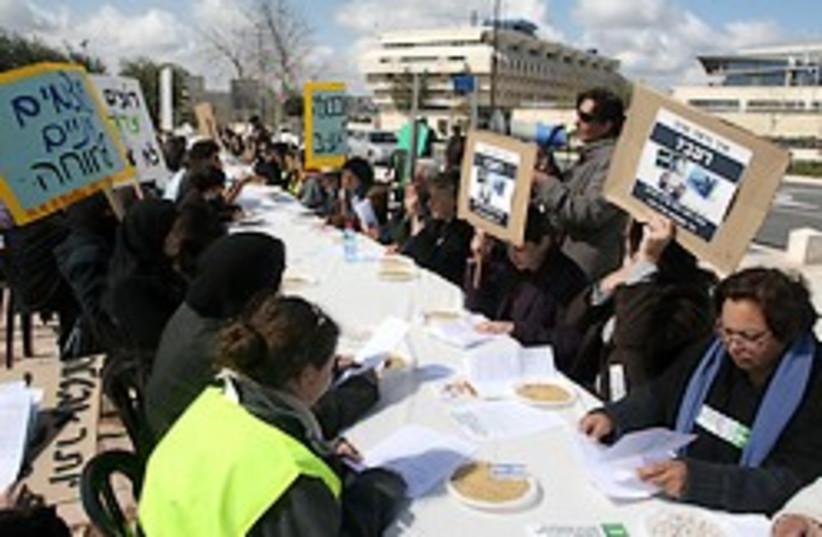seder pessah poverty israel 248 aj (photo credit: Ariel Jerozolimski)
