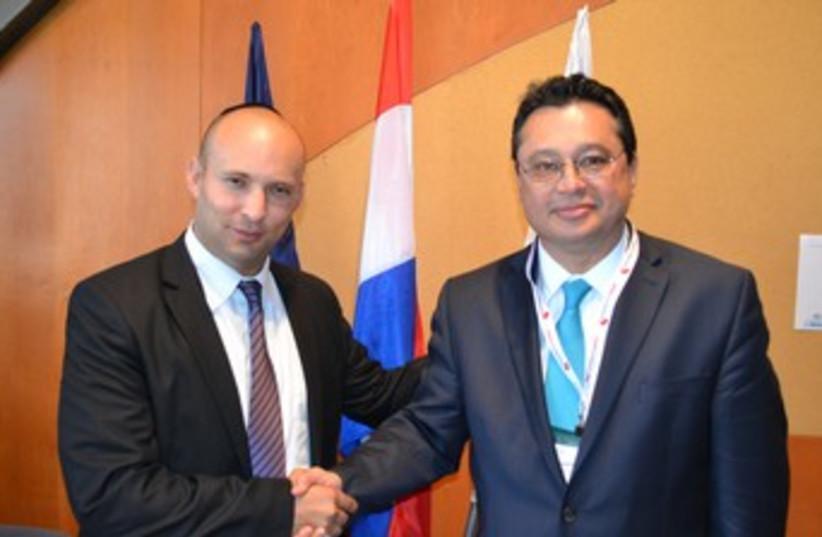 Paraguayan minister Gustavo Leite and Bennett 370 (photo credit: Shlomo Rabinowitz)
