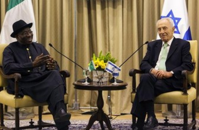 President Shimon Peres and Nigerian Pres. Goodluck Johnson37 (photo credit: REUTERS)