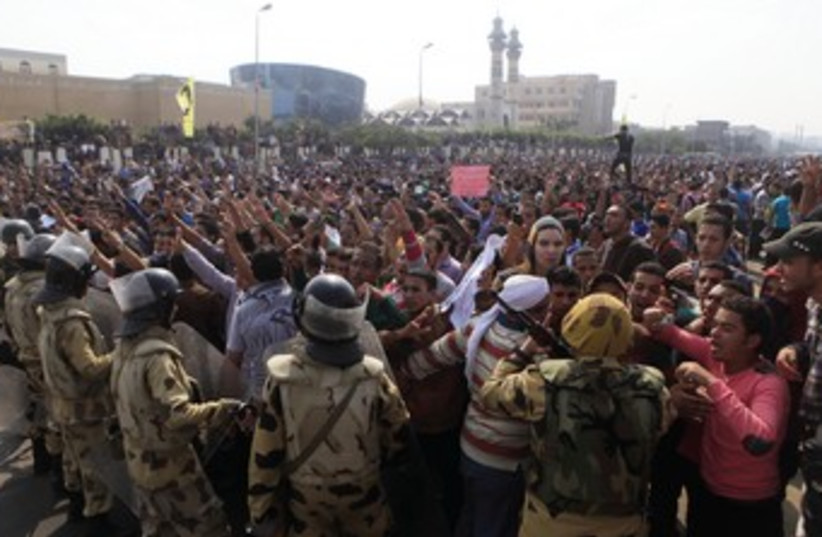 Egyptian protesters clash with police (photo credit: REUTERS)